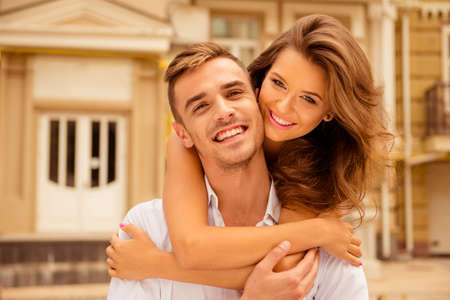 Happy couple in love embracing Banque d'images