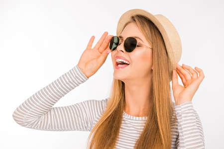 Muchacha bonita en un sombrero y gafas de sol riendo Foto de archivo - 44953864