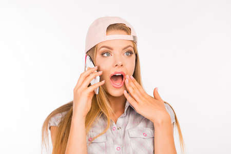 verrast meisje met pet praten aan de telefoon