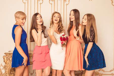 Bruid pronkt met haar ring aan haar vrienden Stockfoto