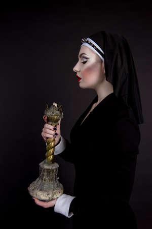 bruja sexy: Halloween. La muchacha se visti� en el mal monja sexy Foto de archivo