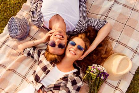 gente feliz: vista superior de una pareja de enamorados tumbado en una manta de picnic