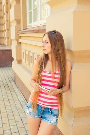 chica sexy: Sexy girl en estilo casual con teléfono inteligente