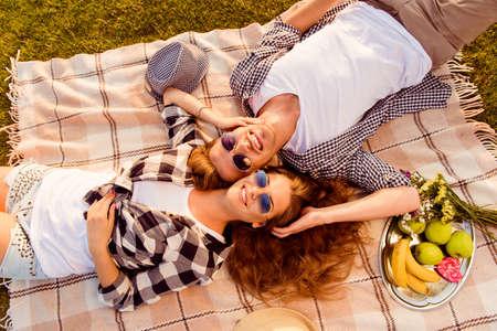 pareja enamorada: vista superior de una pareja de enamorados tumbado en una manta de picnic