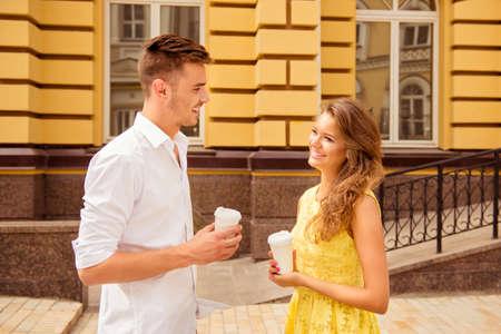 married couple: joven pareja en el amor tiene descanso para tomar café
