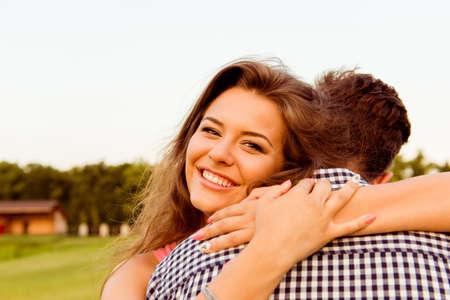 amadores: Los amantes sirven y mujer abrazos