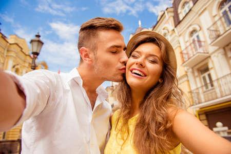 haciendo el amor: pareja haciendo foto selfie con beso Foto de archivo
