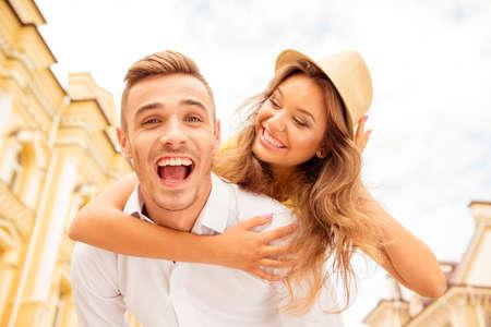 persona feliz: Hombre joven feliz que lleva a cuestas a su amada