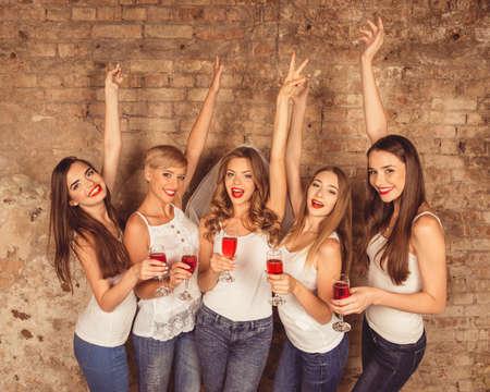 Mädchen feiern eine Bachelorette Party der Braut.