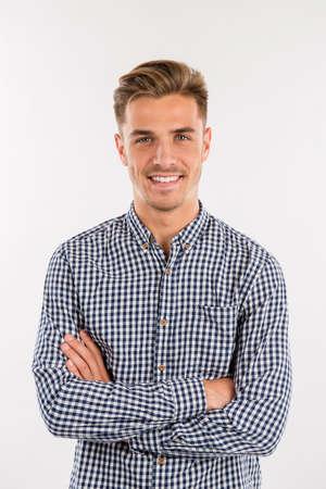 Stattlicher Mann im Hemd lächelnd Standard-Bild - 45602697