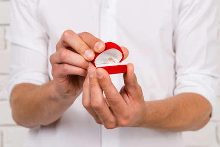 hombre romantico: hombre rom�ntico de hacer una propuesta de matrimonio Foto de archivo