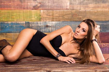 young sex: сексуальная девушка лежала на деревянном полу Фото со стока