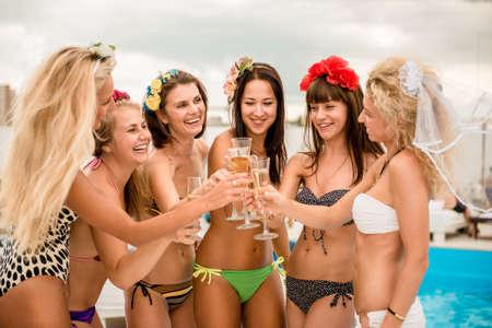 despedida de soltera: ni�as felices en la playa.