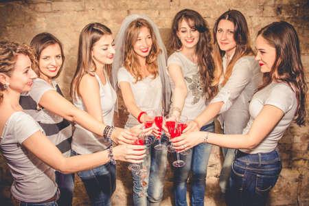 bachelorette party: ni�as celebran una despedida de soltera de la novia.