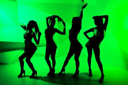 gogo girl: Silhouette einer tanzenden Mädchen