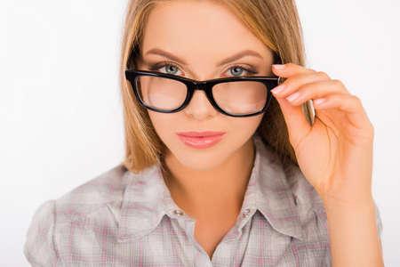 mujer sexy: Mujer joven atractiva que sostiene sus gafas