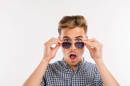cara sorprendida: hombre sorprendido poniendo quitó las gafas