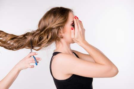 capelli lunghi: Tagliare i capelli lunghi della ragazza spaventata