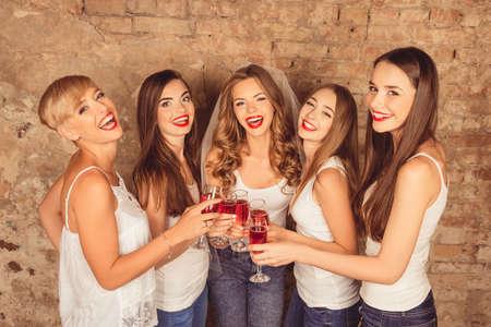 빨간 샴페인 암탉 파티를 축하 행복한 신부 들러리와 함께 아름 다운 신부 스톡 콘텐츠