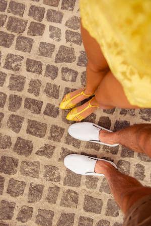 pareja enamorada: piernas de par en el amor en el pavimento Foto de archivo