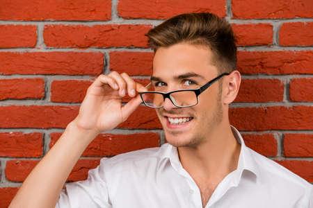 자신의 안경을 들고 미묘한 잘 생긴 남자