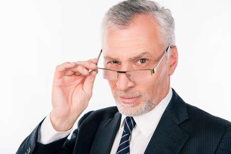 vestidos antiguos: viejo hombre de negocios en un traje y corbata por puntos en la nariz
