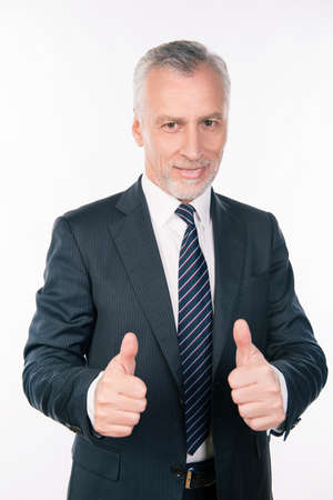 director de escuela: hombre de negocios seguro acertada que muestra los pulgares hacia arriba y sonriendo Foto de archivo