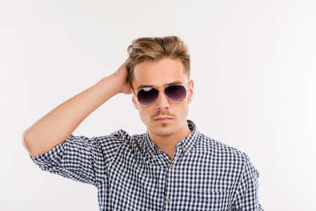 modelos hombres: hombre guapo con gafas de peinarse con los dedos Foto de archivo