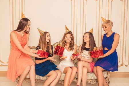 Söt glad flickvänner ger födelsedagspresenter