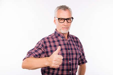 Grau im Alter Mann mit Brille gestikuliert Daumen nach oben Standard-Bild