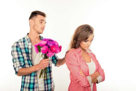pardon: Bel homme donnant un bouquet � sa bien-aim�e et en demandant de lui pardonner