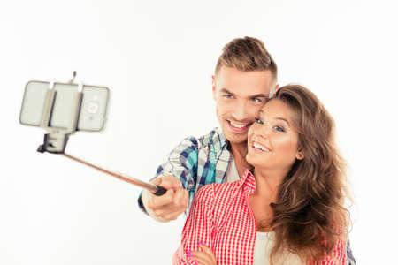haciendo el amor: Linda pareja feliz en hacer el amor foto selfie con palo selfie