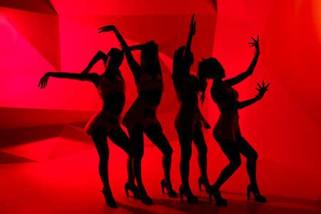 gogo girl: Silhouetten von vier schlanken T�nzerinnen Lizenzfreie Bilder
