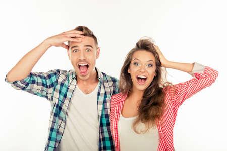 Docela legrační veselá pár ukazuje překvapení Reklamní fotografie