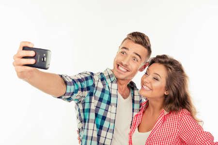 haciendo el amor: Pareja divertido alegre en hacer el amor selfie foto Foto de archivo