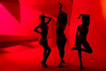 mujeres juntas: Siluetas de tres niñas de postura slim