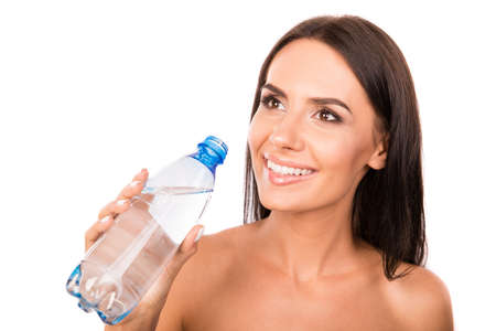 tomando agua: linda chica feliz que sostiene una botella con agua Foto de archivo