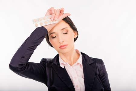 dolor de cabeza: Sensación de dolor de cabeza. mujer sosteniendo jóvenes frustrados aspirinas o paracetamol