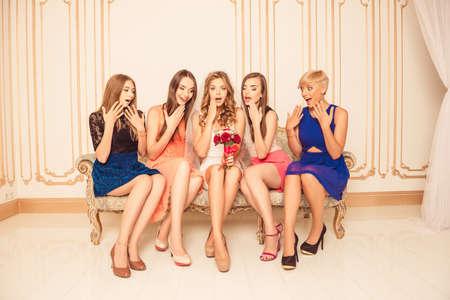sorpresa: Novia bastante sorprendido con amigas sentada en el sofá