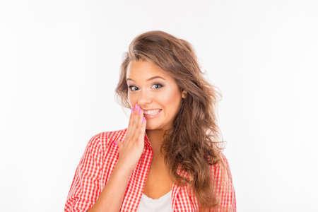 avergonzado: mujer joven avergonzada ocultando la boca con la mano