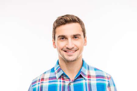 ojos azules: Retrato de un hombre joven y guapo alegre linda