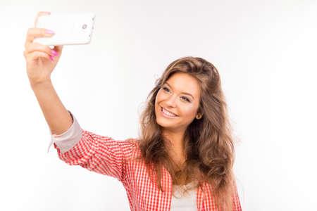 carita feliz: Mujer joven feliz con la fabricaci�n de sombreros autofoto foto