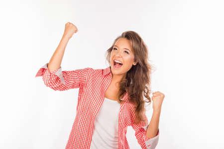 exito: Muchacha feliz que muestra éxito alcanzar la meta