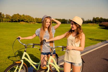 lesbienne: heureux couple de lesbiennes ensemble pour faire de la bicyclette Banque d'images