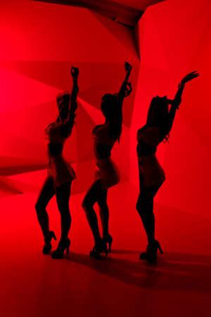 gogo girl: Silhouetten von drei sexy posiert M�dchen