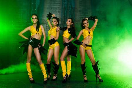 donna che balla: Quattro sexy in posa ragazze carine Archivio Fotografico