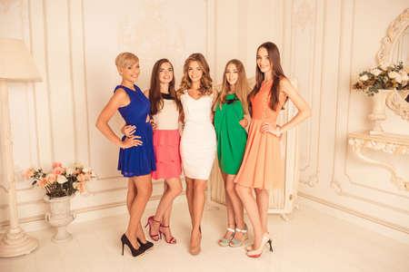 donne eleganti: Belle amiche in vestiti celebrano la festa di addio al nubilato
