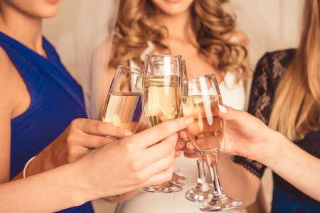 högtider: Closeupfotoet flickor fira en bachelorette parti brud