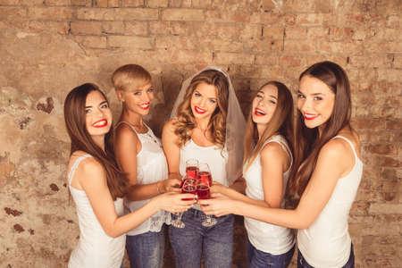 かなり若い女性がある脚付きグラスとパーティー