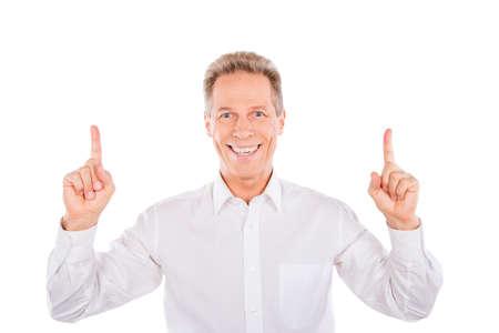 bonhomme blanc: Un homme souriant d'âge mûr prendre doigts pointeur jusqu'à